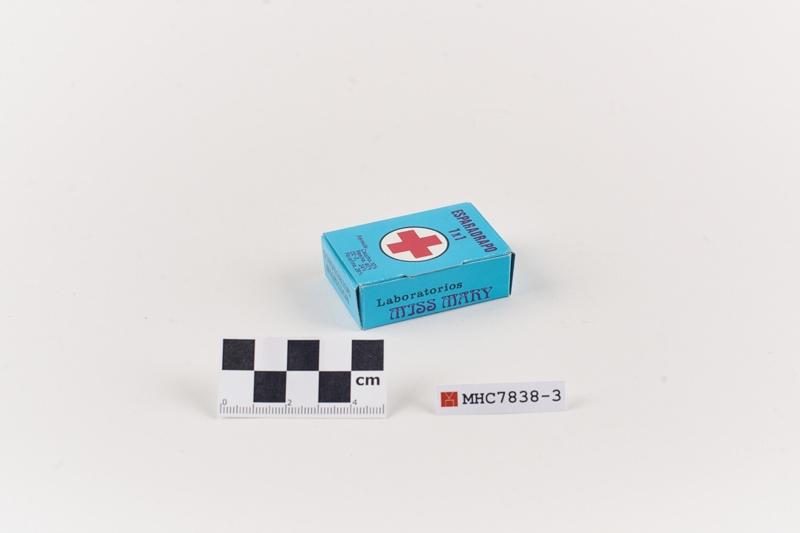 """Caixa en miniatura d'esparadrap de la farmaciola """"Clínica miss Mary"""""""