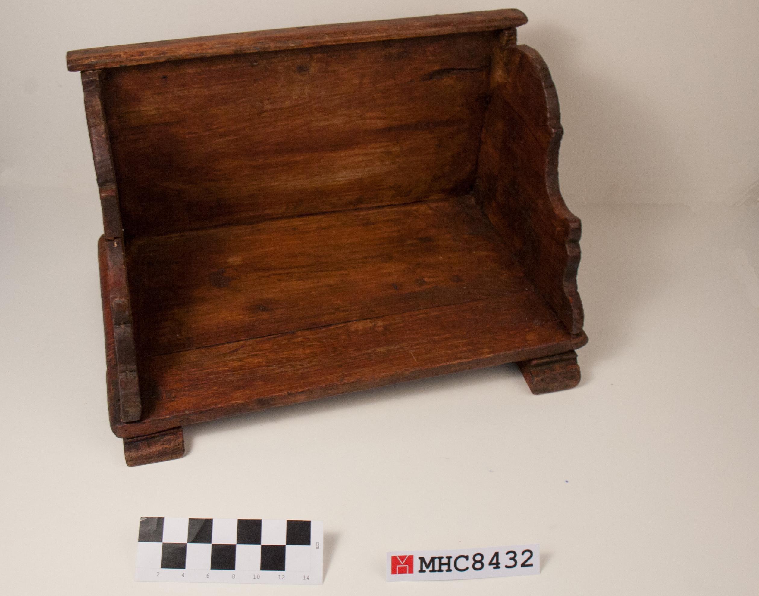 Caixó de fusta per protegir els genolls en rentar roba