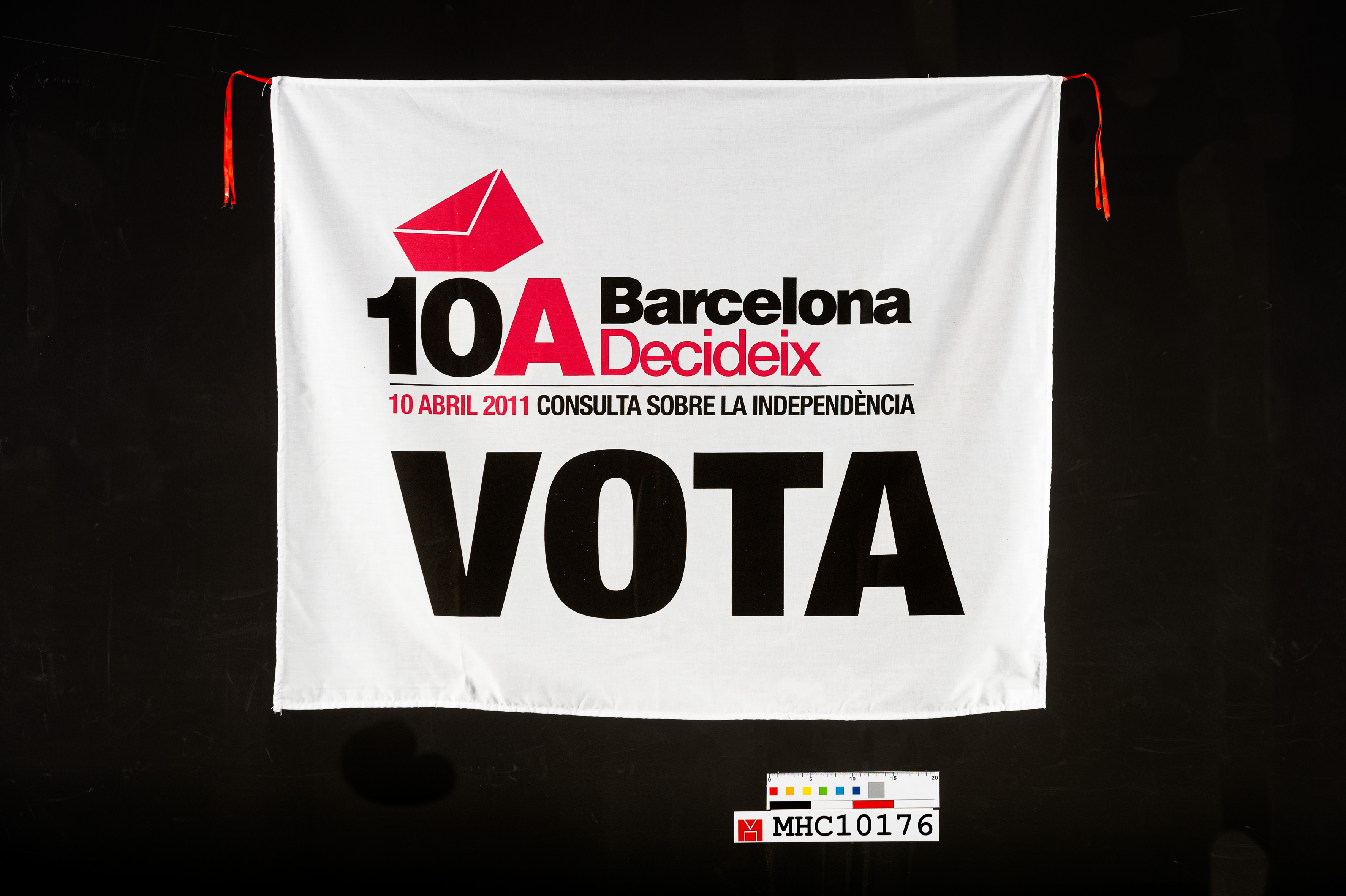 """Domàs amb el lema """"10A Barcelona Decideix"""""""