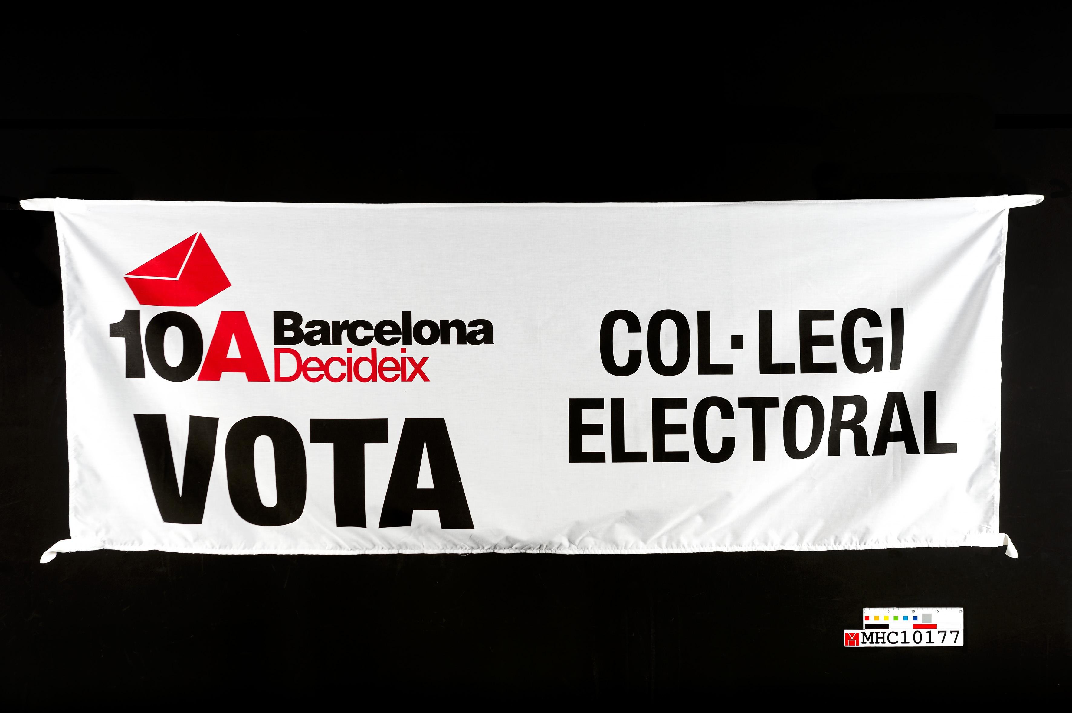 """Domàs amb el lema """"10A Barcelona Decideix. Vota. Col·legi electoral"""""""
